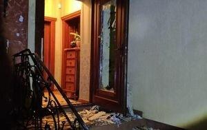 СМИ: На Закарпатье из гранатомета обстреляли дом матери известного бизнесмена. Фото