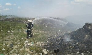Спасатели вторые сутки пытаются ликвидировать огонь на одной из свалок в Николаевской области