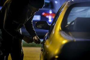 В Киеве двое мужчин напали на девушку в ее же салоне авто и ограбили на 1 млн грн
