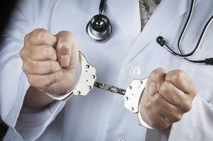 Тюремного врача подозревают в халатности, которая привела к смерти заключенного