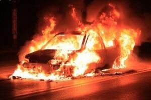 В одном из дворов Киева сгорели две машины