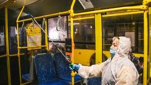 Без масок и толпа людей в маршрутке: появились фото и видео несоблюдения карантина в Киеве