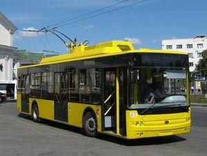В Киеве водитель троллейбуса вышвырнул из салона пенсионера без маски