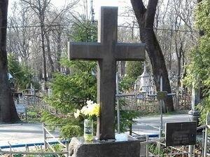 К столичному кладбищу начали массово съезжаться автомобили