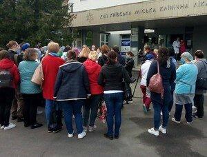 В Киеве протестуют врачи якобы закрытой на карантин 8-й больницы, где принимали зараженных коронавирусом