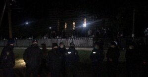 На Буковине полиция взяла под охрану храм из-за стычки двух церковных общин (фото и видео)