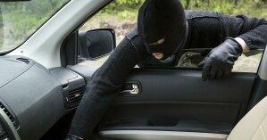 В Австралии грабитель, убегающий от голых молодоженов, попросил у них его подвезти