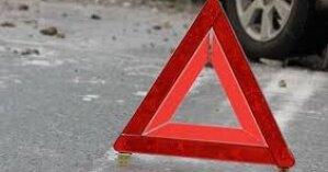 На Закарпатье парень за рулем ВАЗ и его пассажир разбились об остановку (фото)