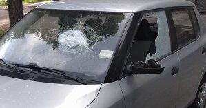 В Киеве толпа молодых людей напала на водителя и разбила его машину