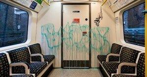 Бэнкси показал новую работу о коронавирусе в метро: рисунки стерли