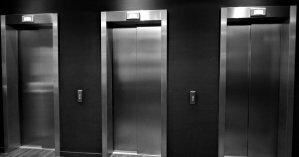 В Днепре на девушку в лифте напал мужчина с шокером: полиция нашла у него препарат для потенции