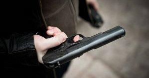 Во Львове пьяный мужчина угрожал местному жителю пистолетом