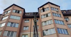 На Борщаговке загорелся многоэтажный дом из-за жителя, который неправильно разжег камин (фото, видео)