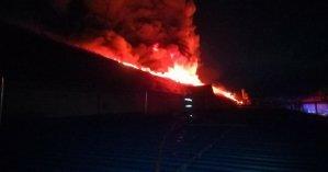 В Мукачево загорелось здание на лыжной фабрике: к тушению привлекли более сотни спасателей (фото)