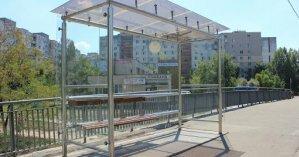 В Киеве стеклянная остановка разлетелась на осколки из-за велосипедиста: видео инцидента