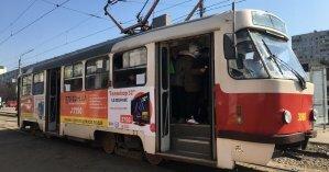 В Киеве из-за легковушки остановилось движение трамваев