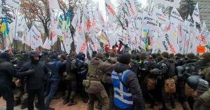 Предприниматели под Радой устроили стычки с полицией из-за провала закона о кассовых аппаратах (фото, видео)