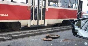 В Киеве трамвай на ходу потерял колесо