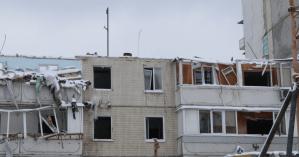 Взрыв дома на Позняках: спасатели снесли большую часть разрушенного подъезда (фото)