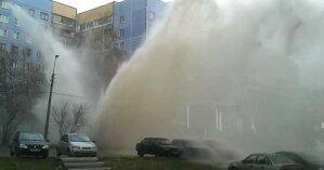 В Киеве улицу затянуло паром из-за порыва трубы